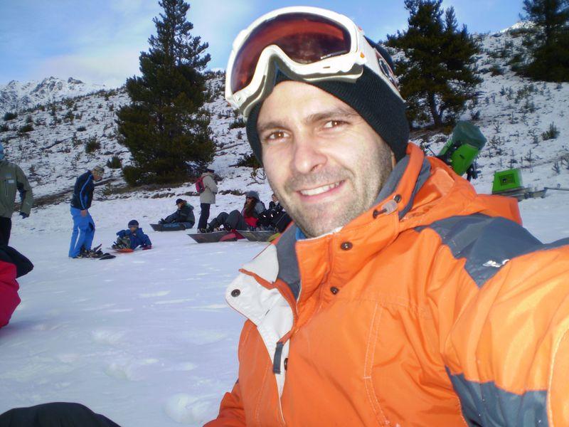 Já tentando fazer snowboard sem professor