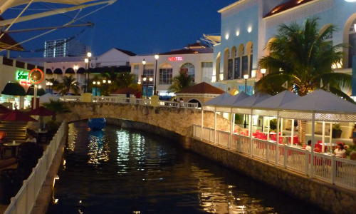 Cancún: La Isla Plaza